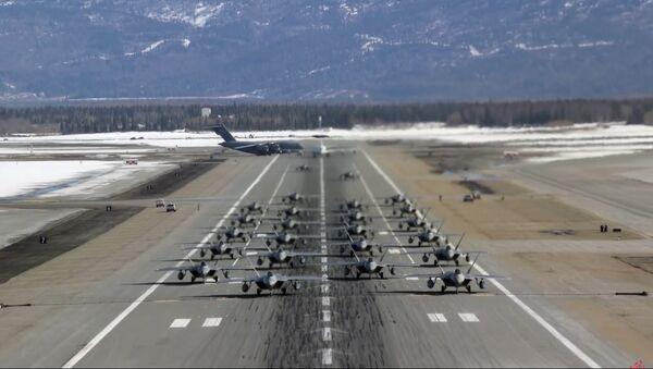 24 kẻ săn mồi F-22 thực hiện bài tập voi đi bộ - Sputnik Việt Nam