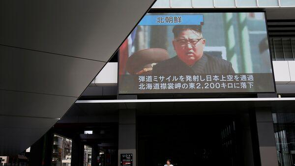 Nhà lãnh đạo Triều Tiên Kim Jong-un trên màn hình ở Tokyo  - Sputnik Việt Nam