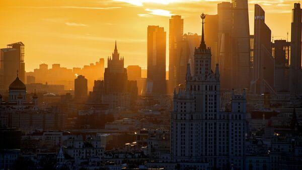 Hoàng hôn trên nền tòa nhà chọc trời phố bờ sông Kotelnicheskaya, trung tâm thương mại quốc tế Moscow-City và tòa nhà Bộ Ngoại giao Nga tại Moskva - Sputnik Việt Nam