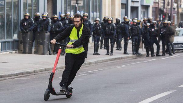 Người tham gia cuộc biểu tình của áo gi lê vàng ở Paris - Sputnik Việt Nam
