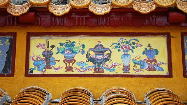Pháp lam trang trí cổ diềm mái điện trên một di tích kiến trúc của Huế - Sputnik Việt Nam