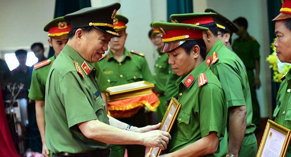 Bộ trưởng Bộ Công an Tô Lâm khen thưởng các lực lượng phá chuyên án ma túy 218LP của Bộ Công an và thành tích của Công an TP.HCM bắt giữ 895 bánh heroin chiều 29-3