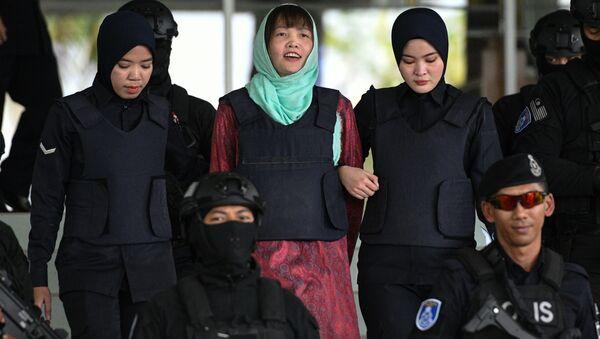 Đoàn Thị Hương nở nụ cười khi cô bị áp giải tại tòa thượng thẩm ở Shah Alam, Malaysia sáng 1-4 - Sputnik Việt Nam