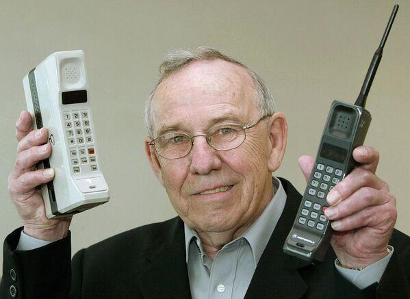 Cựu lãnh đạo Motorola Design Rudi Krolopp với điện thoại di động đầu tiên DynaTAC 8000X và điện thoại di động đầu tiên International 3200, năm 2003 - Sputnik Việt Nam