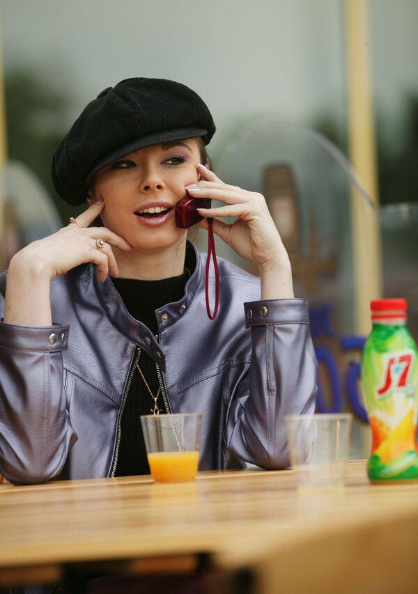 Cô gái với điện thoại di động ở Moskva, năm 2004 - Sputnik Việt Nam