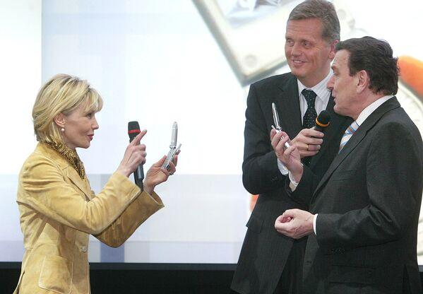Doris Schroeder-Kepf chụp ảnh chồng, Thủ tướng Gerhard Schroeder bằng điện thoại di động có camera tích hợp - Sputnik Việt Nam