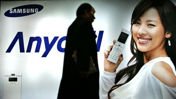 Khách bộ hành đi ngang qua biển quảng cáo Samsung Mobile ở Seoul, Hàn Quốc, năm 2007 - Sputnik Việt Nam