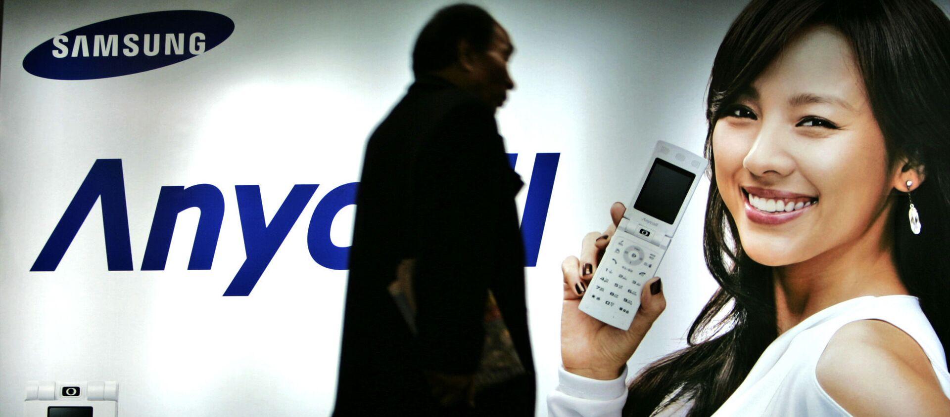 Khách bộ hành đi ngang qua biển quảng cáo Samsung Mobile ở Seoul, Hàn Quốc, năm 2007 - Sputnik Việt Nam, 1920, 03.07.2021