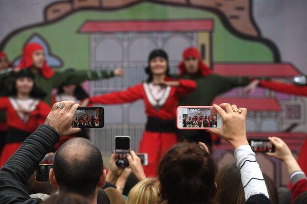 """Khán giả dùng điện thoại di động quay hình buổi hòa nhạc tại lễ hội văn hóa Gruzia """"Tbilisoba"""" trong Vườn Hermitage, Moskva, năm 2018 - Sputnik Việt Nam"""