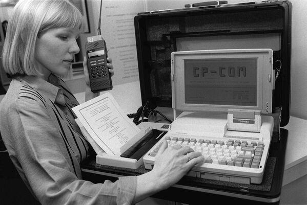 Cặp đựng văn phòng di động với máy tính xách tay, máy in và điện thoại di động được giới thiệu tại triển lãm công nghệ CeBit ở Hanover, Đức, năm 1990 - Sputnik Việt Nam