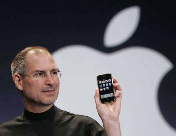 Giám đốc điều hành Apple Apple Steve Jobs cầm chiếc Iphone tại hội nghị MacWorld, San Francisco, năm 2007 - Sputnik Việt Nam