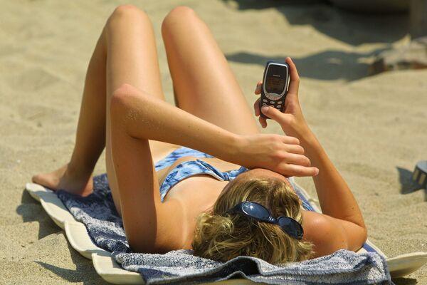 Cô gái trên bãi biển Pháp với điện thoại di động, năm 2003 - Sputnik Việt Nam