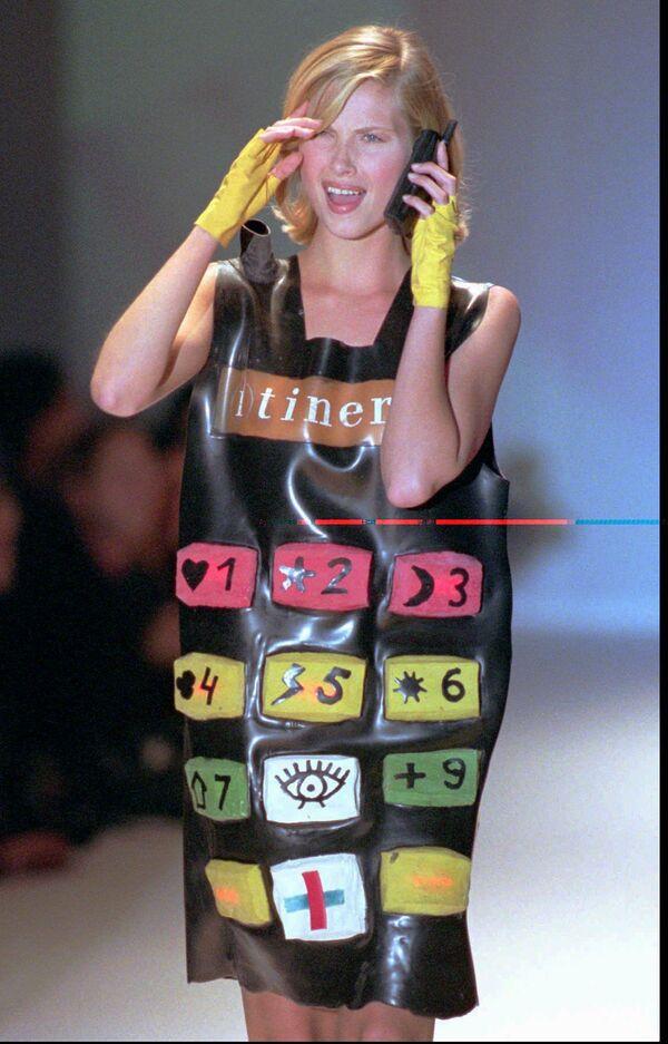 Người mẫu trong chiếc váy mô phỏng điện thoại di động tại triển lãm mốt Jean-Charles de Castelbajac ở Paris, năm 1996 - Sputnik Việt Nam