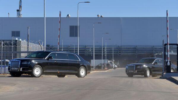 Tổng thống Putin lái xe Aurus vào xưởng của nhà máy Mercedes đầu tiên ở Nga  - Sputnik Việt Nam