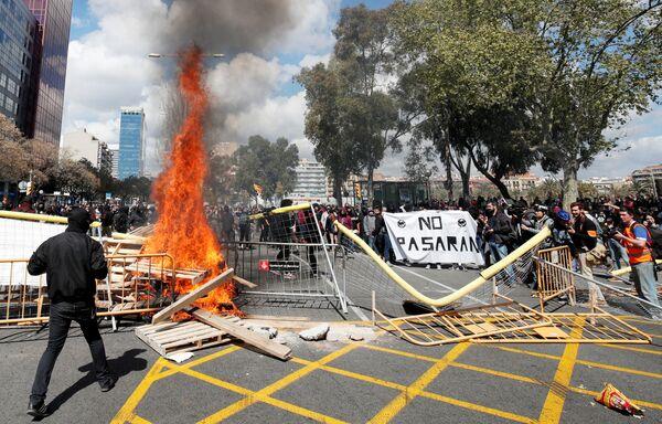Chướng ngại vật bị đốt cháy trong cuộc biểu tình đòi độc lập cho xứ Catalan, Barcelona, Tây Ban Nha - Sputnik Việt Nam