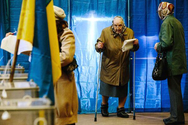 Người dân Kharkov tại trạm bỏ phiếu bầu cử tổng thống Ukraina - Sputnik Việt Nam
