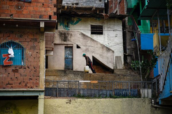 Cư dân địa phương và can nước, Caracas, Venezuela - Sputnik Việt Nam