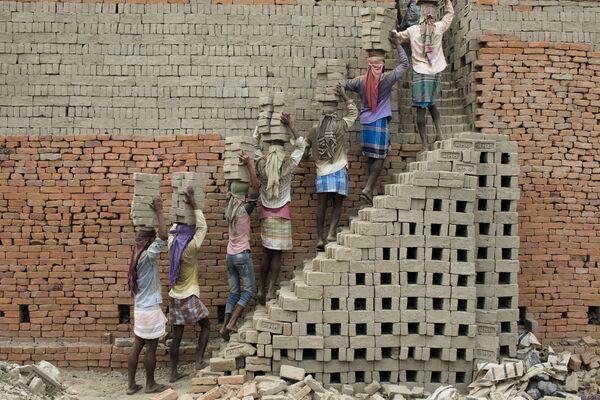Những người công nhân đưa gạch mộc vào lò nung, Farakka, Ấn Độ - Sputnik Việt Nam