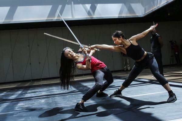 Các vũ công từ Dragon Spring Phoniex Rise tại buổi diễn tập tại Trung tâm văn hóa The Shed ở New York - Sputnik Việt Nam
