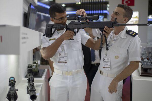 Các thủy thủ kiểm tra thước ngắm vũ khí hỏa lực tại Hội chợ Quốc phòng và An ninh LAAD 2019, Rio de Janeiro, Brazil - Sputnik Việt Nam