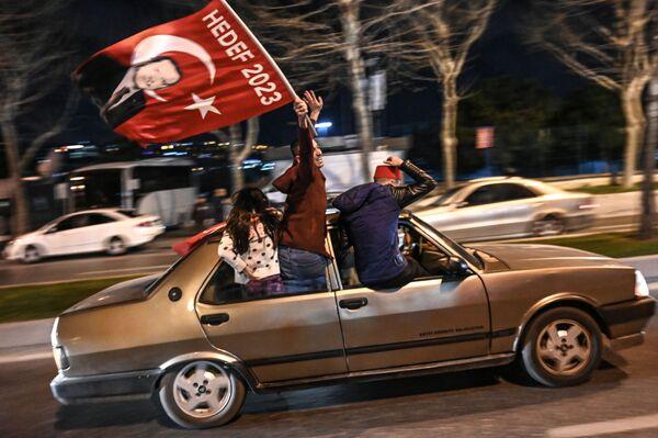 Những người ủng hộ Đảng Công lý và Phát triển vui mừng với kết quả cuộc bầu cử địa phương - Sputnik Việt Nam