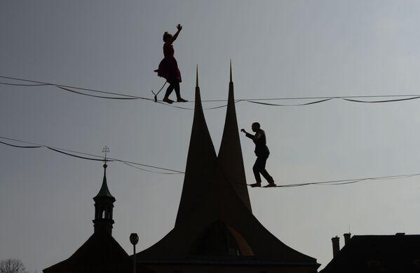 Nghệ sĩ biểu diễn xiếc trên dây trước tu viện Emmaus ở Prague, Cộng hòa Séc - Sputnik Việt Nam