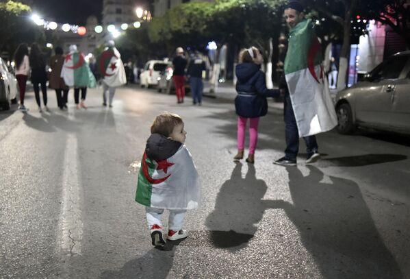Người dân Algeria ăn mừng sự kiện Tổng thống Algeria Abdelaziz Bouteflika từ chức - Sputnik Việt Nam