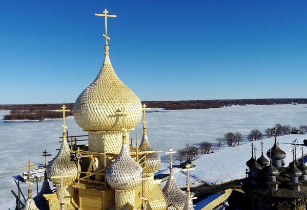Nhà thờ Hiển linh thế kỷ 18 sau khi hoàn thành việc trùng tu phía bên ngoài, Khu bảo tồn-bảo tàng Kizhi ở Karelia - Sputnik Việt Nam