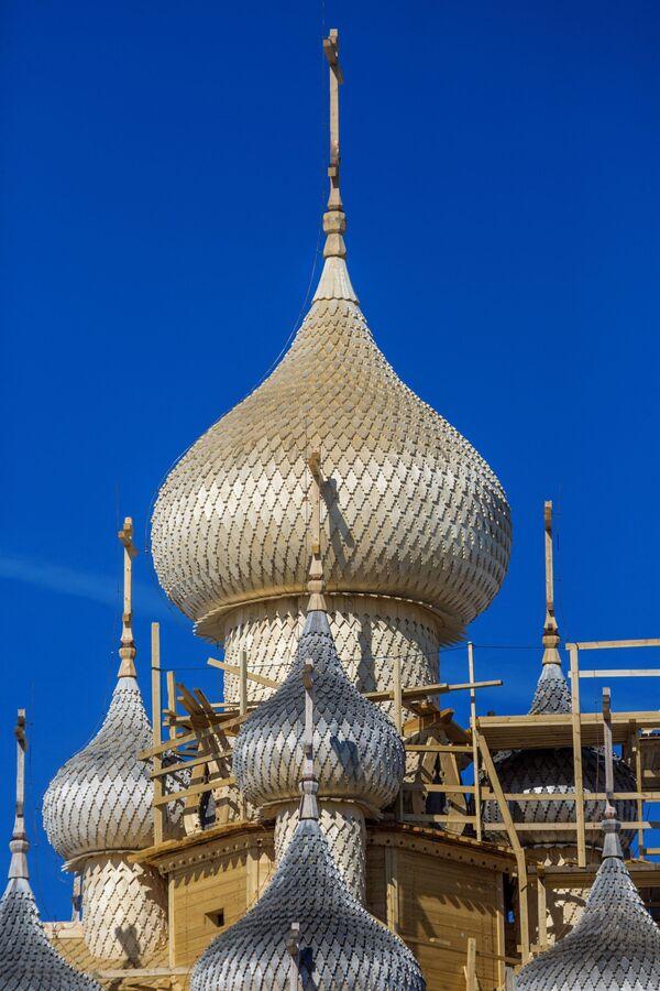 Mái vòm nhà thờ Hiển linh thế kỷ 18 sau khi hoàn thành trùng tu phía bên ngoài, trong Khu bảo tồn-Bảo tàng Kizhi ở Karelia - Sputnik Việt Nam