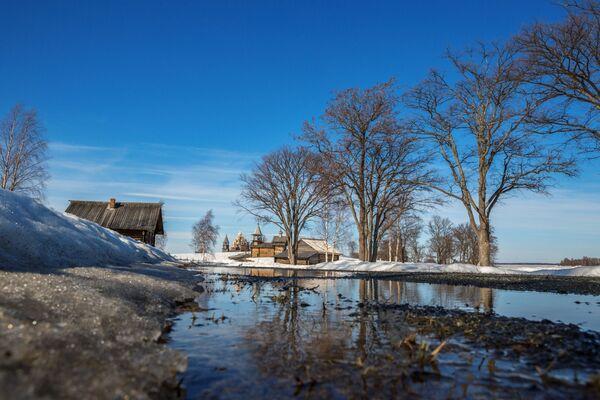 Phong cảnh thiên nhiên trên nền quần thể kiến trúc Kizhi trong Khu bảo tồn-Bảo tàng Kizhi ở Karelia - Sputnik Việt Nam