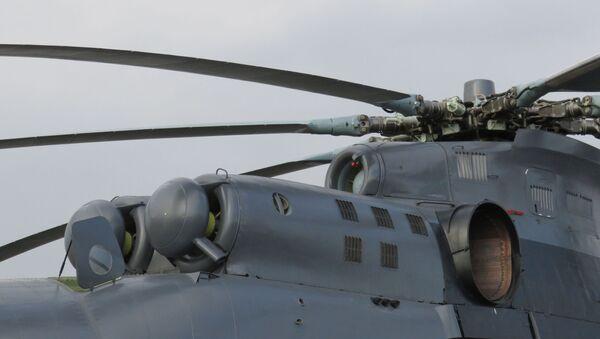 Động cơ (bên dưới) và bộ phận phụ trợ (bên trên) của trực thăng MI-26T2 - Sputnik Việt Nam