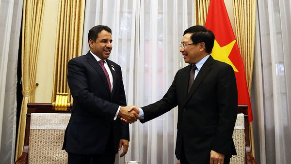 Phó Thủ tướng Phạm Bình Minh và Đại sứ Các tiểu vương quốc Arab thống nhất Obaid Saeed Bintaresh Al Dhaheri - Sputnik Việt Nam