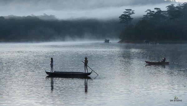 Ảnh khỏa thân của đôi nam nữ chụp trong lòng hồ Tuyền Lâm (Đà Lạt) - Sputnik Việt Nam