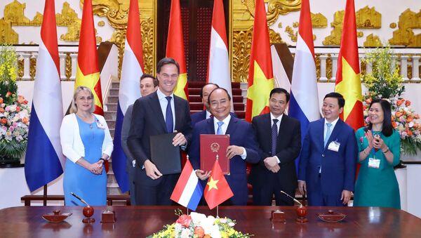 Thủ tướng Chính phủ Nguyễn Xuân Phúc và Thủ tướng Vương quốc Hà Lan Mark Rutte ký kết biên bản ghi nhớ về hợp tác chuyển đổi nông nghiệp tại ĐBSCL - Sputnik Việt Nam