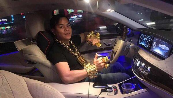 Phúc XO, tức Trần Ngọc Phúc, nổi tiếng trên mạng xã hội là người đeo vàng nhiều nhất Việt Nam - Sputnik Việt Nam