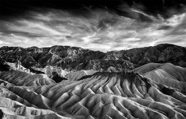 Bức ảnh Zabriskie của nhiếp ảnh gia Beamie Young, giải nhất trong hạng mục IR Black & White (Ảnh đen trắng) của cuộc thi ảnh Life in Another Light - Sputnik Việt Nam