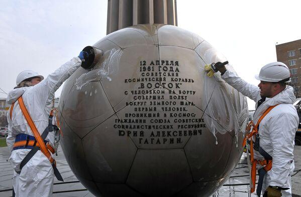Công nhân dịch vụ công cộng rửa tượng đài phi hành gia Yuri Gagarin trên Đại lộ Leninsky ở Moskva. - Sputnik Việt Nam