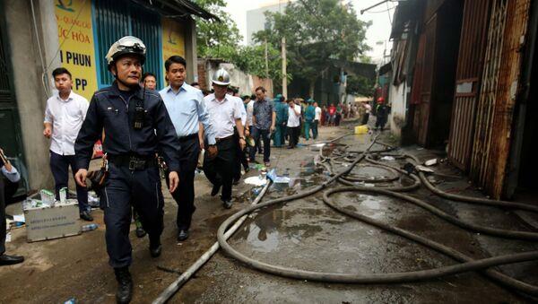 Chủ tịch UBND thành phố Hà Nội Nguyễn Đức Chung trực tiếp tới hiện trường chỉ đạo công tác cứu hỏa và cứu hộ nạn nhân.  - Sputnik Việt Nam