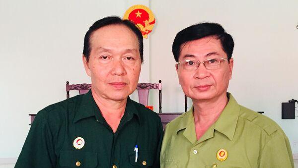 Ông Nguyễn Văn Dũng (bên trái) cùng đồng đội cũ tại TAND huyện Gò Dầu. - Sputnik Việt Nam