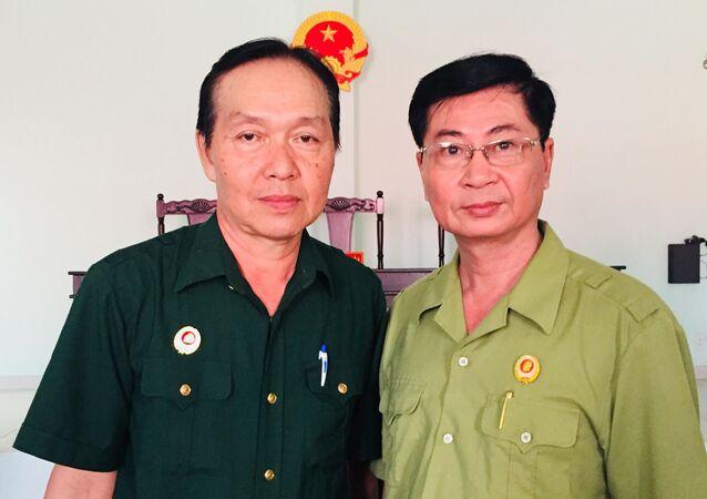 Ông Nguyễn Văn Dũng (bên trái) cùng đồng đội cũ tại TAND huyện Gò Dầu.