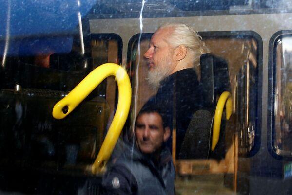 Người sáng lập WikiLeaks Julian Assange trong xe cảnh sát sau khi bị cảnh sát Anh bắt giữ tại Đại sứ quán Ecuador ở London - Sputnik Việt Nam