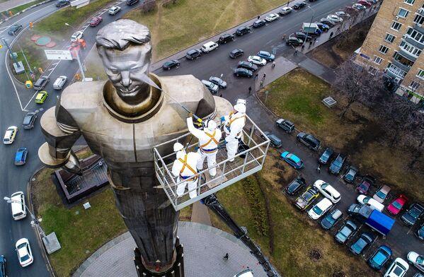 Công nhân công ty vệ sinh Moskva rửa tượng đài phi hành gia Yuri Gagarin  - Sputnik Việt Nam