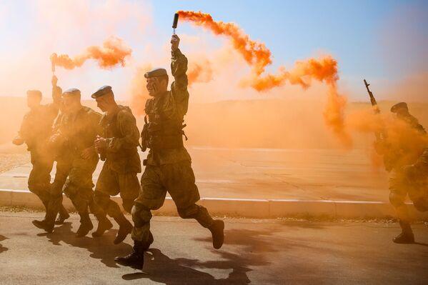 Các quân nhân trong lễ khai mạc cuộc thi huấn luyện dã chiến quốc tế Trung đội không quân tại Thế vận hội quân sự quốc tế 2019 ở Novorossiysk - Sputnik Việt Nam
