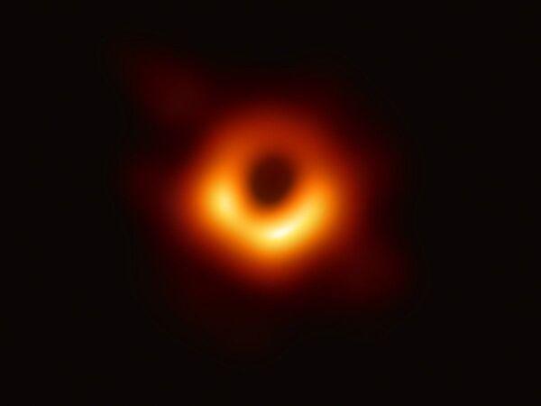 Hình ảnh lỗ đen ở trung tâm thiên hà M87, chụp bằng kính viễn vọng Event Horizon Telescope  - Sputnik Việt Nam