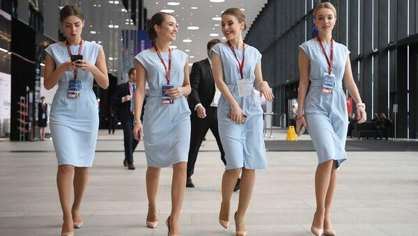 """Các cô gái tại Diễn đàn quốc tế """"Bắc Cực: lãnh thổ đối thoại"""" ở St. Petersburg - Sputnik Việt Nam"""