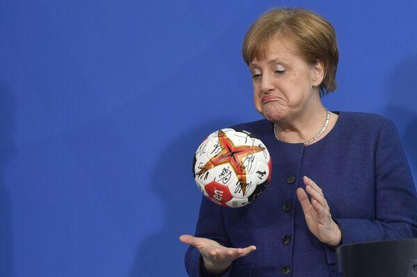 Thủ tướng Đức Angela Merkel với quả bóng ném - Sputnik Việt Nam