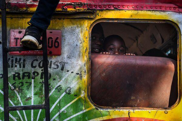 Các cậu bé trên xe buýt ở Port-au-Prince, Haiti - Sputnik Việt Nam