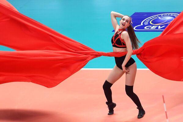 Cô gái từ nhóm hỗ trợ đội Zenit-Kazan trong giờ nghỉ giải lao trận bóng chuyền nam Champions League  - Sputnik Việt Nam