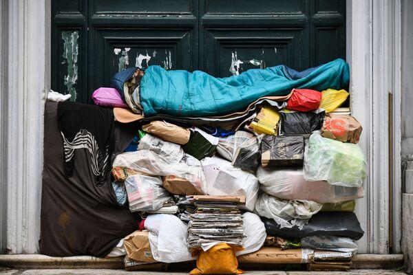 Người vô gia cư ngủ trên đống rác dưới hiên nhà ở Rome, Ý - Sputnik Việt Nam