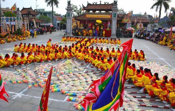 300 nam nữ thanh niên trong trang phục lễ hội tham gia hội xếp chữ Thiên hạ thái bình tại phủ chính Tiên Hương.  - Sputnik Việt Nam
